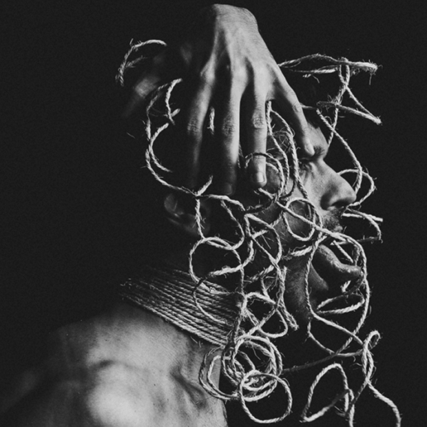 self portrait roped, by ©Gonzalo Bénard