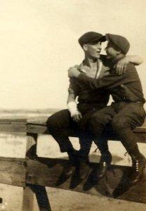 sept-gay-kiss